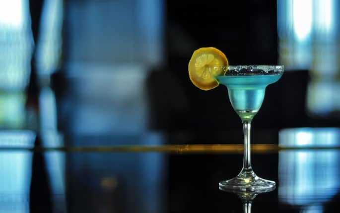 10-cocktail-recipes-blue-hawaiian-cocktail