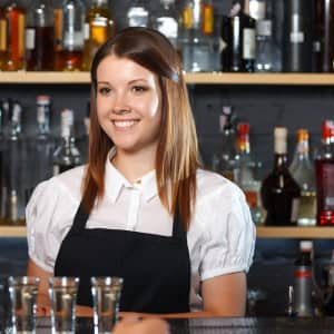 find-hospitality-jobs-easier-with-bar-skills-training